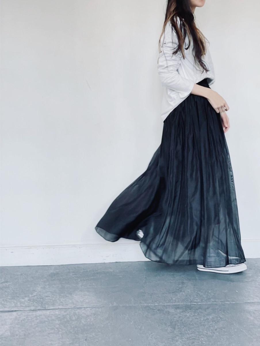 ホワイトカラーのシンプルなロンTとコットン100%素材を使用したオーガンジープリーツスカート。軽くて柔らかな着心地はコットン素材ならではの仕上がりに。