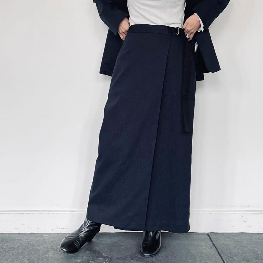 2021年春夏ENTO(エント)綿麻シリーズの綿麻ラップスカートはデイリーユースにもオフィスカジュアルにも使える万能アイテムです。