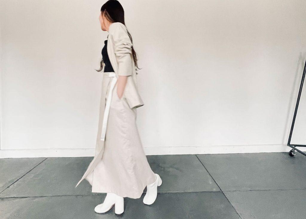 綿麻ノーカラージャケットと綿麻ラップスカートを合わせたベージュカラーのセットアップコーディネート。華やかな印象にも優しい印象にもなる淡色コーデはさりげなく足元は白いブーツをあわせてコーデのワンポイントにしました。