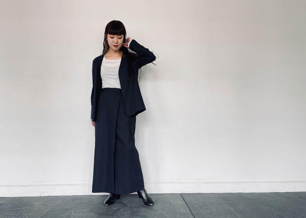 2021年春夏ENTO(エント)綿麻シリーズのネイビーカラーを使った綿麻ノーカラージャケットと綿麻ラップスカート。インナーにシンプルスクエアシフォンネックカットソーを使いオフィスユーズにも対応できるコーデに。