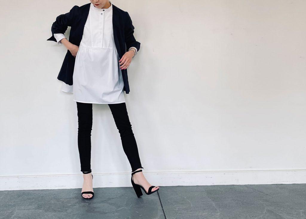 綿麻ノーカラージャケットとスキニーパンツを合わせて大人っぽいコーディネートに。トップスにペプラムデザインのシャツを合わせることで可愛さをプラスし、足元はヒールのサンダルで、かっちりしつつも抜け感を演出。
