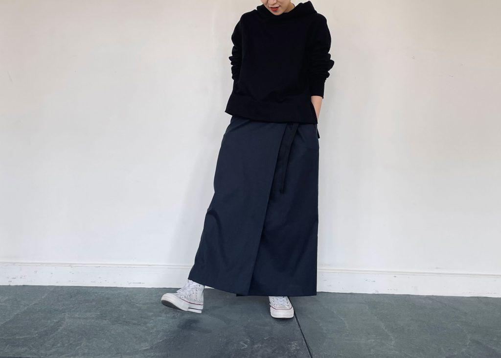 今年流行りのヘビーウェイト素材のフードプルオーバーに、ラフになりすぎにようにネイビーカラーの綿麻ラップスカートを合わせてカジュアルコーディネートに仕上げました。