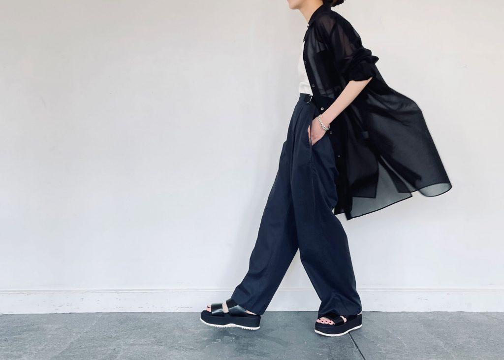 今年トレンドのシアーシャツは「ブラック×ネイビー」のトーンが暗いコーデですが、インナーにキャミソールをもってくることでほどよく肌をチラ見せでき抜け感をプラス。足元はサンダルを合わせて更に軽やかさを演出しました。