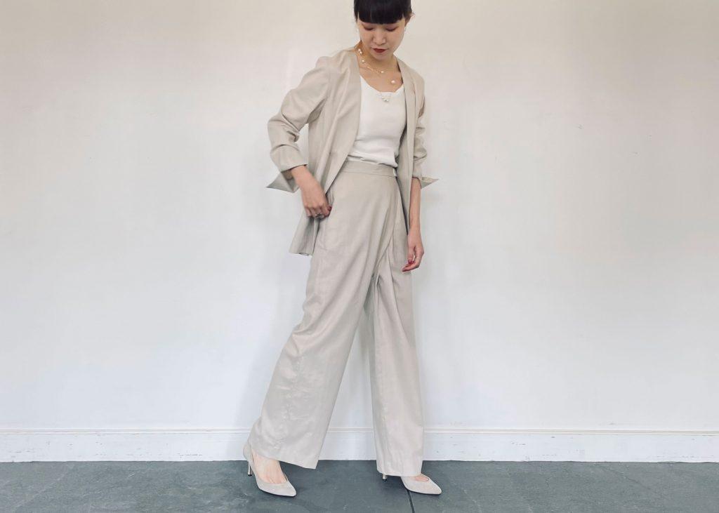 綿麻ノーカラージャケットと綿麻アシメタックパンツを使用した、入学式・入園式にも使えるセットアップファッション。小物でパールネックレスなどを使い華やかさをプラスしました。足元はパンプスをあわせて更にきれいめ感あっぷ。