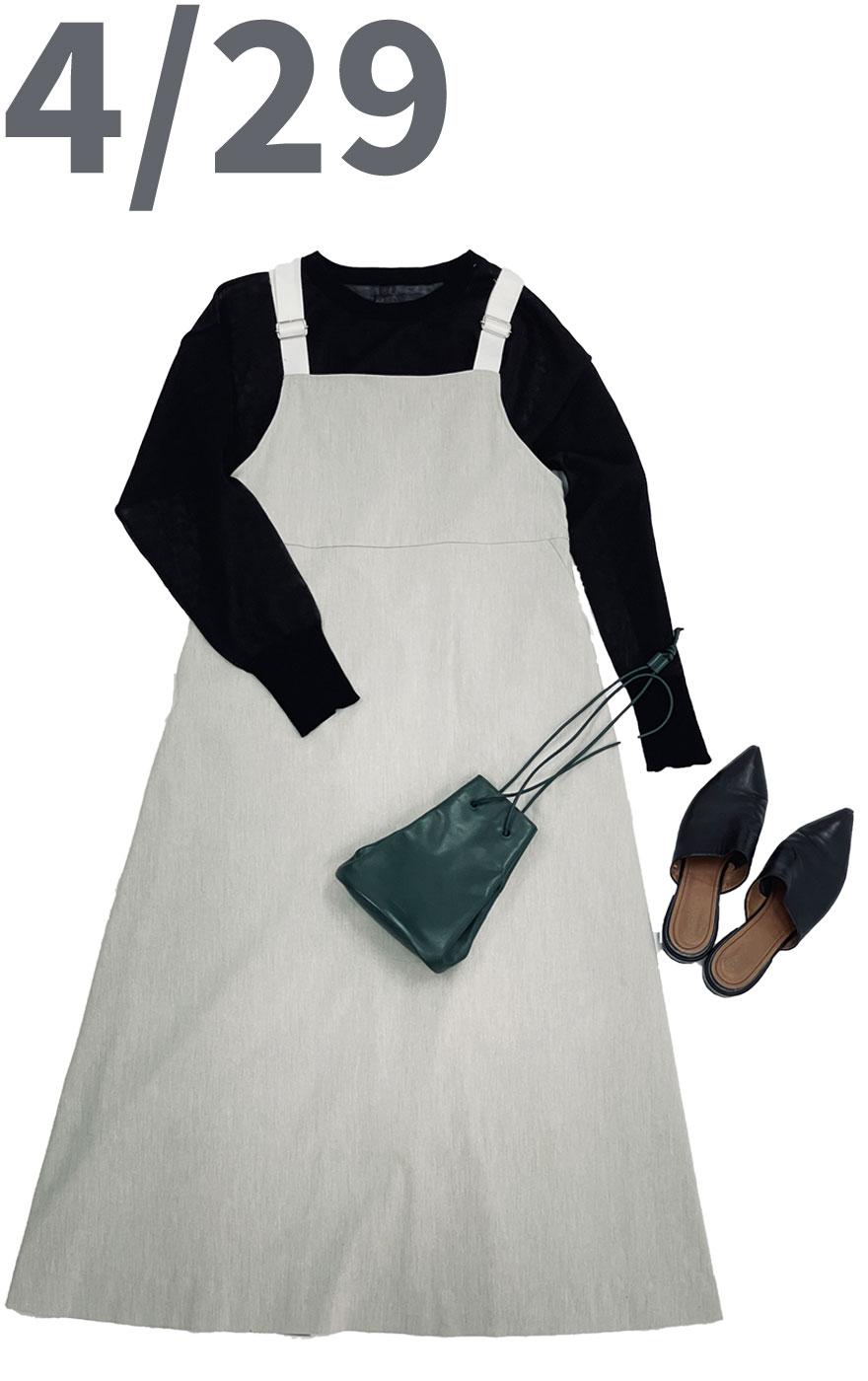 メッシュニットブラックカラートップスにバックデザインが可愛いグレーのワンピースを合わせた春夏コーディネート。小ぶりのグリーンの鞄がちょっとPOPで個性的な印象に。