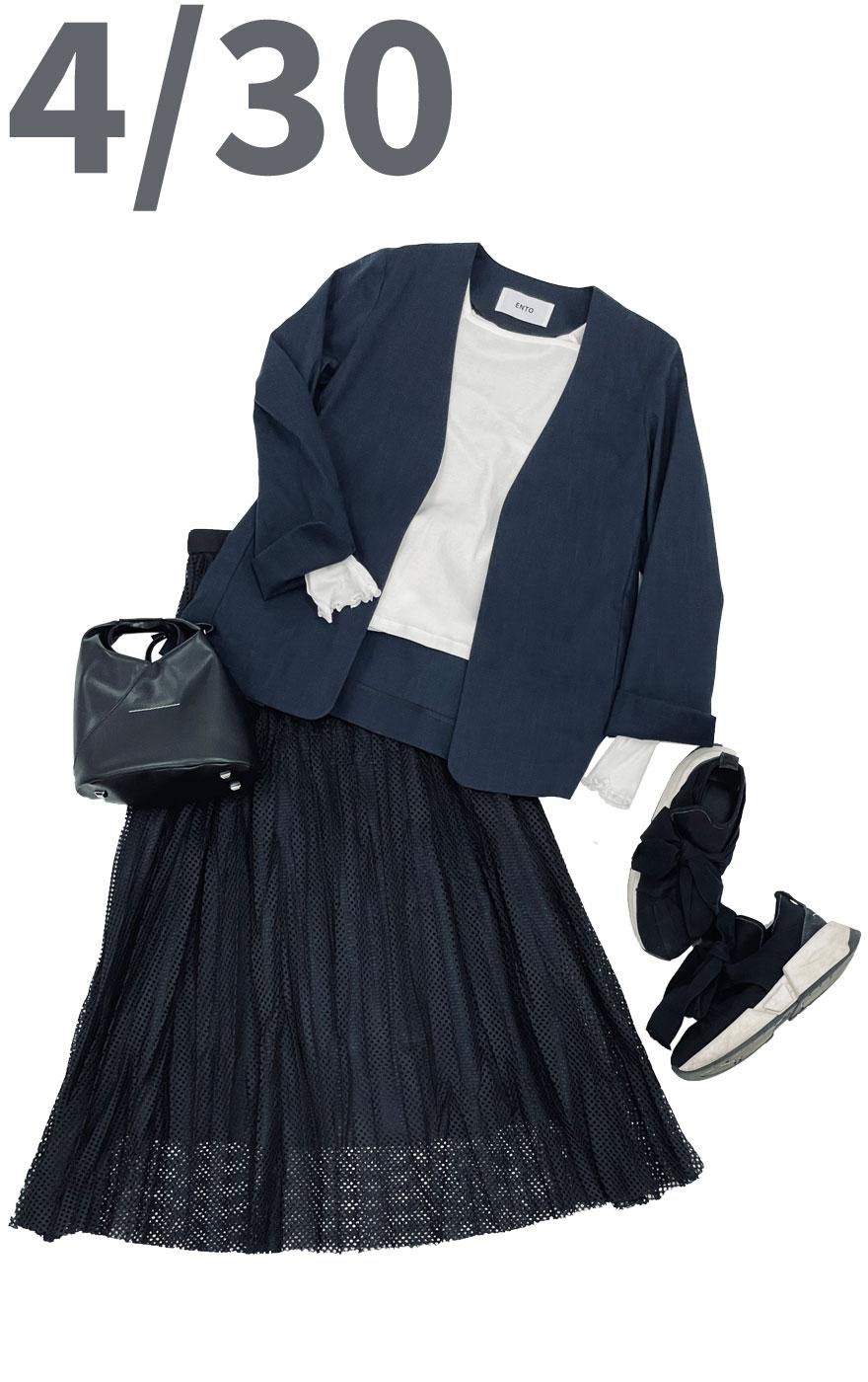 シンプルなホワイトカットソーに綿麻ノーカラージャケットを羽織ったきっちりコーデ。ボトムスはメッシュ素材がポイントのスカートを合わせコーデのポイントに。