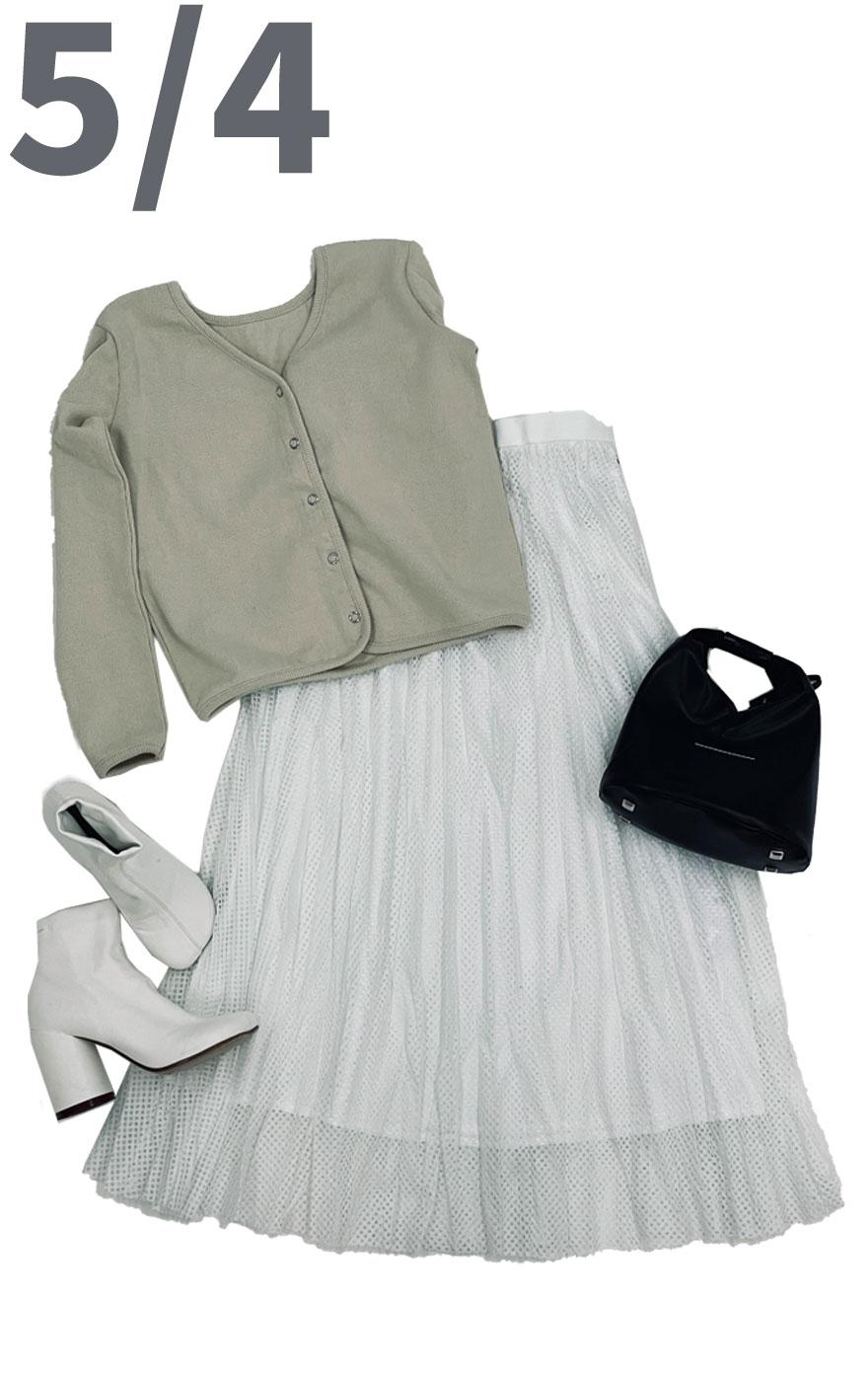 ベージュカラーのカーディガンとメッシュ素材のスカートを合わせたきれいめで可愛いコーディネート。淡色コーディネートですがトップスのリブとスカートのメッシュの異素材同士の組み合わせでメリハリがついて旬のコーデに。