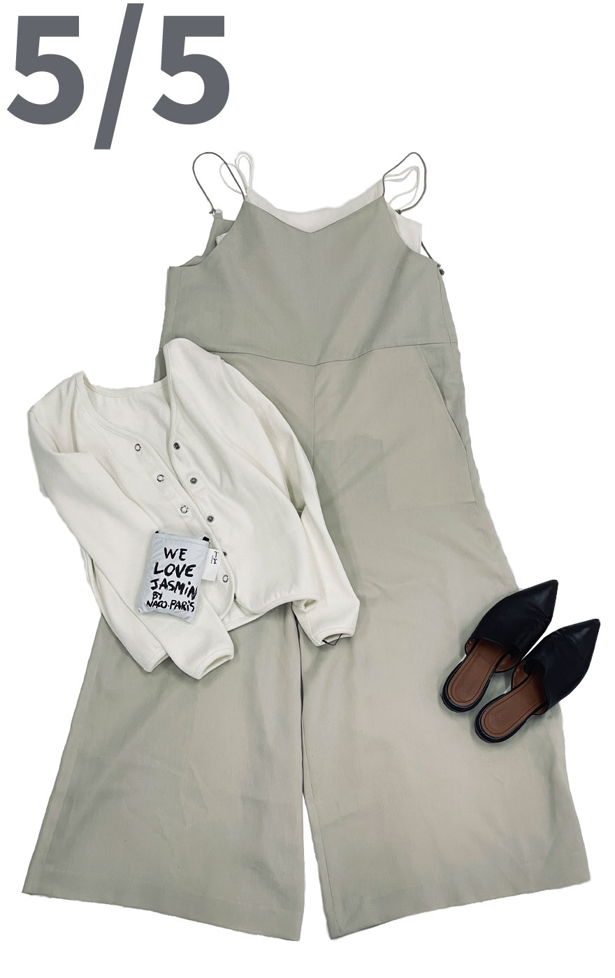 ベージュカラーのキャミサロペットとカップ付きキャミソールホワイトカラーを合わせたコーディネート。羽織にはホワイトカラーのリブカーディガンうを合わせたきれいめコーディネートに。i