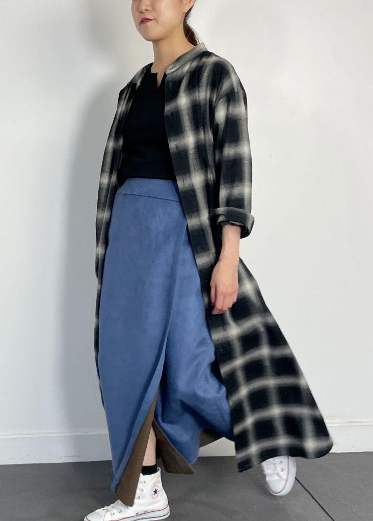 チェック柄のロングシャツに、ブルーのスエードスカートを合わせた大人のカジュアルコーデネート。これだけでも十分可愛いコーデですが、シルバーアクセサリーに存在感のあるラインクロッシングバングルとスパイラルピアスを取り入れる事で女性らしさをプラス◎寒色系とシルバーアクセサリーは相性抜群ですよ。
