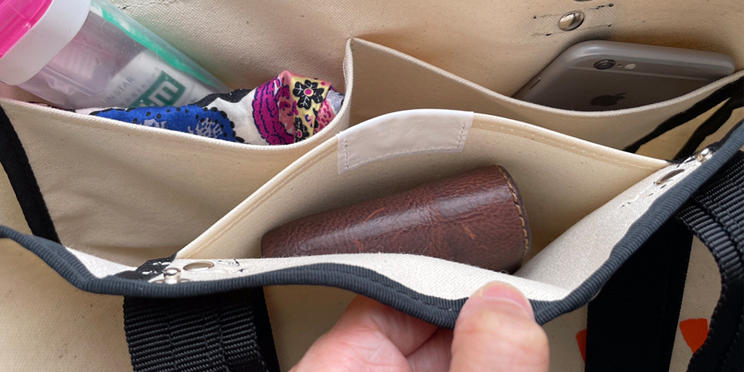 財布・鍵・スマホの点呼もとりやすい、おおきなポケットの付いたトートバッグ