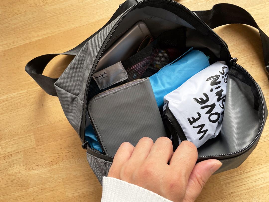 たっぷり容量のボディバッグ、内ポケット付きで小物が迷子になりにくい