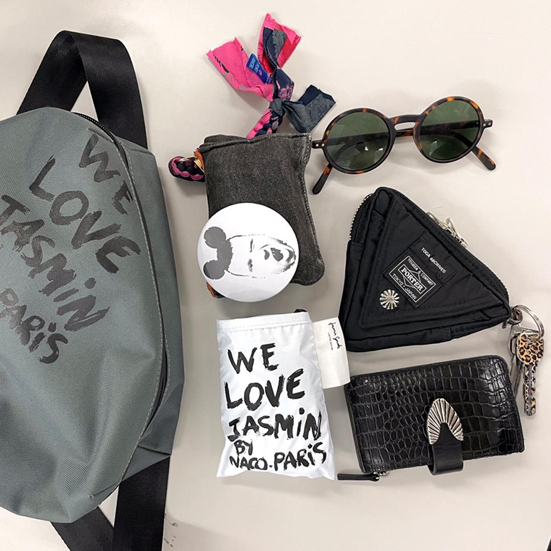 バッグの中身もバイヤーらしい個性的な小物が多い