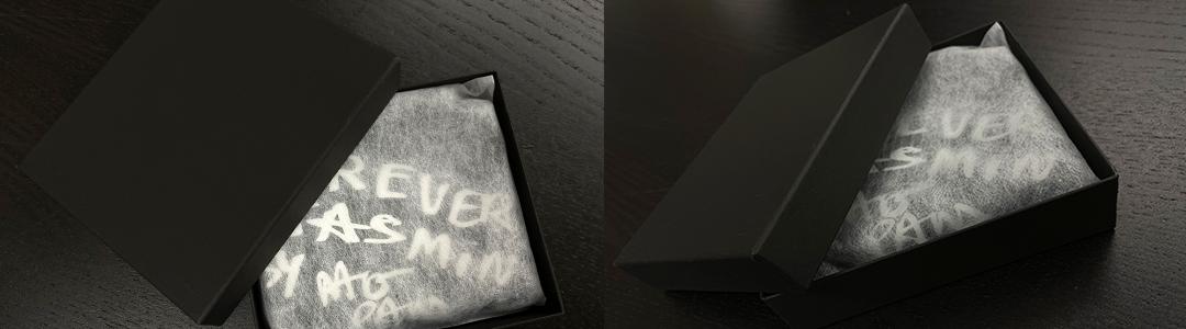 財布は不織布に包まれて、黒い専用の化粧箱に入れてお届けします