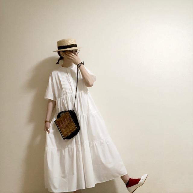 潔い真っ白なワンピースはレフ板効果でお顔を明るくしてくれます。 足元まで真っ白にした時には、映える赤のソックスをポイント使い。