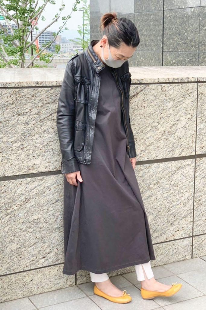 ワンピの甘さを皮ジャンでクールなイメージに。 着られる期間が短い革ジャンは秋口にどんどん 取り入れたいアイテム。