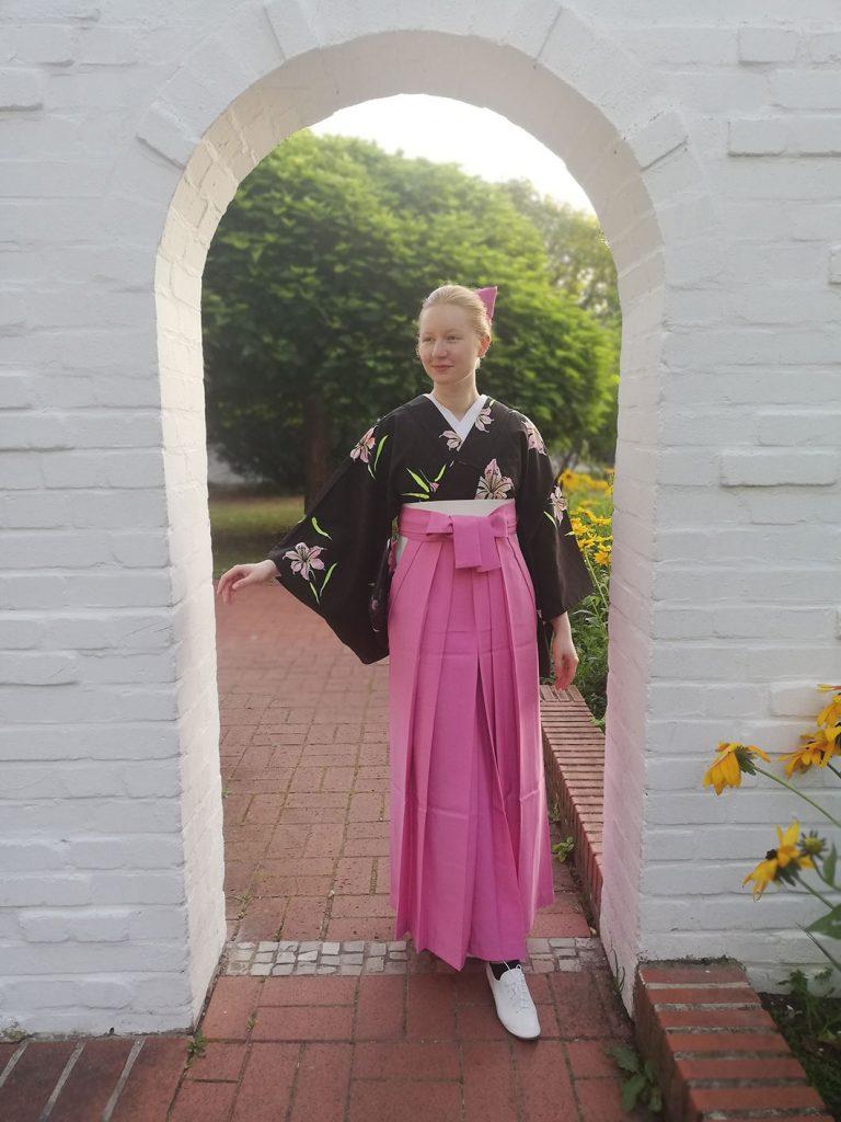 ベーシックな袴の着こなしをブーツを合わせずにあえてショートタイプのレースアップシューズを。靴下のチラ見せで遊ぶのも楽しいモダン着物コーデです。
