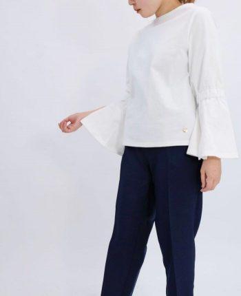 肌触りの良いコットン100%のホワイトカラーフレアスリーブコットンカットソーとネイビーのテーパードパンツを合わせた秋コーディネート・