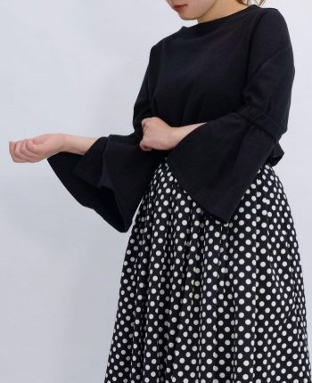 肌触りのいいコットン100%のブラックカラーフレアスリーブコットンカットソーとドット柄のスカートを合わせた秋のコーディネート。