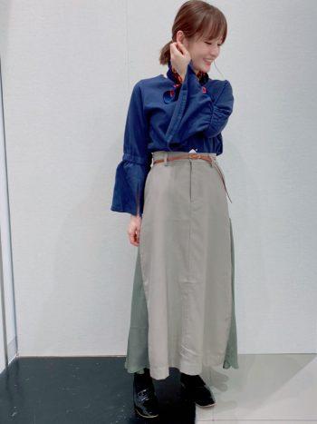 肌触りの良いコットン100%のネイビーカラーフレアスリーブコットンカットソーと異素材きりかえスカートと合わせた秋のコーディネート。