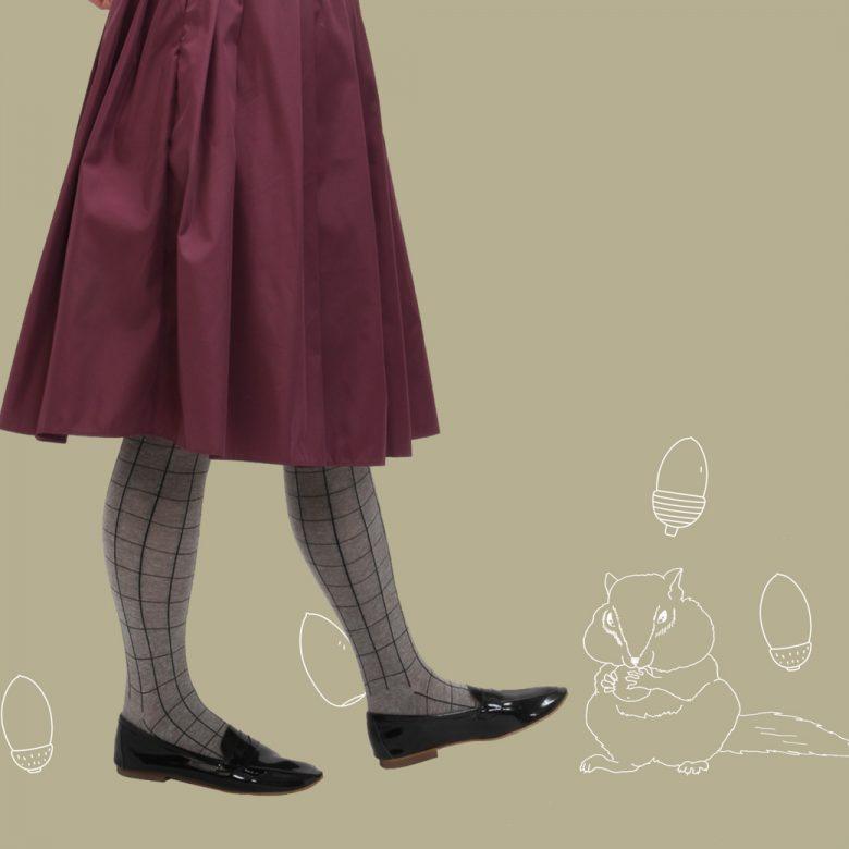 ボルドーのふんわりギャザースカートにエナメルのコインローファーで秋色コーデ。