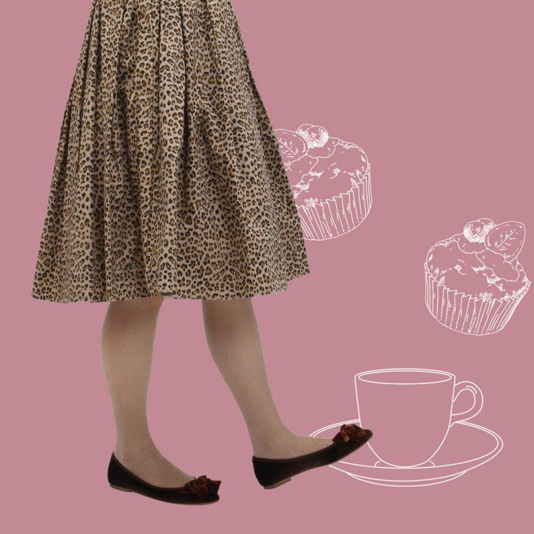 ウエストゴムのレオパード柄フレアスカートにはベロアのフラットパンプスで食べ歩きにぴったり。