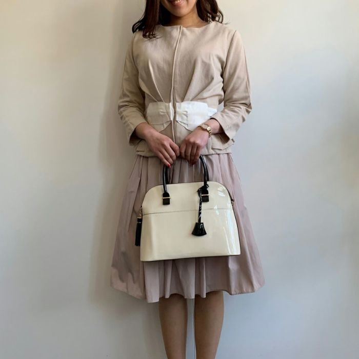 神戸・山の手ベージュカラーリボンジャケットとフレアスカート山の手ベージュカラースカート ロング丈を合わせた七五三ママのコーディネート。