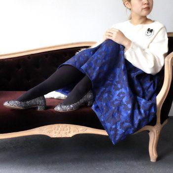 サテン地に花柄のジャガードをプラスしたネイビーのミモレ丈スカート。静電気防止ぽわん袖ホワイトニットはもっちりふわふわ着心地抜群です!おすすめ秋コーデです。