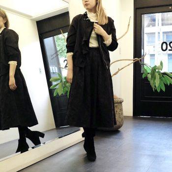 サテン地に花柄のジャガードをプラスしたブラックのミモレ丈スカート。お花のビジューが可愛いブルゾンを合わせたブラックコーデです。