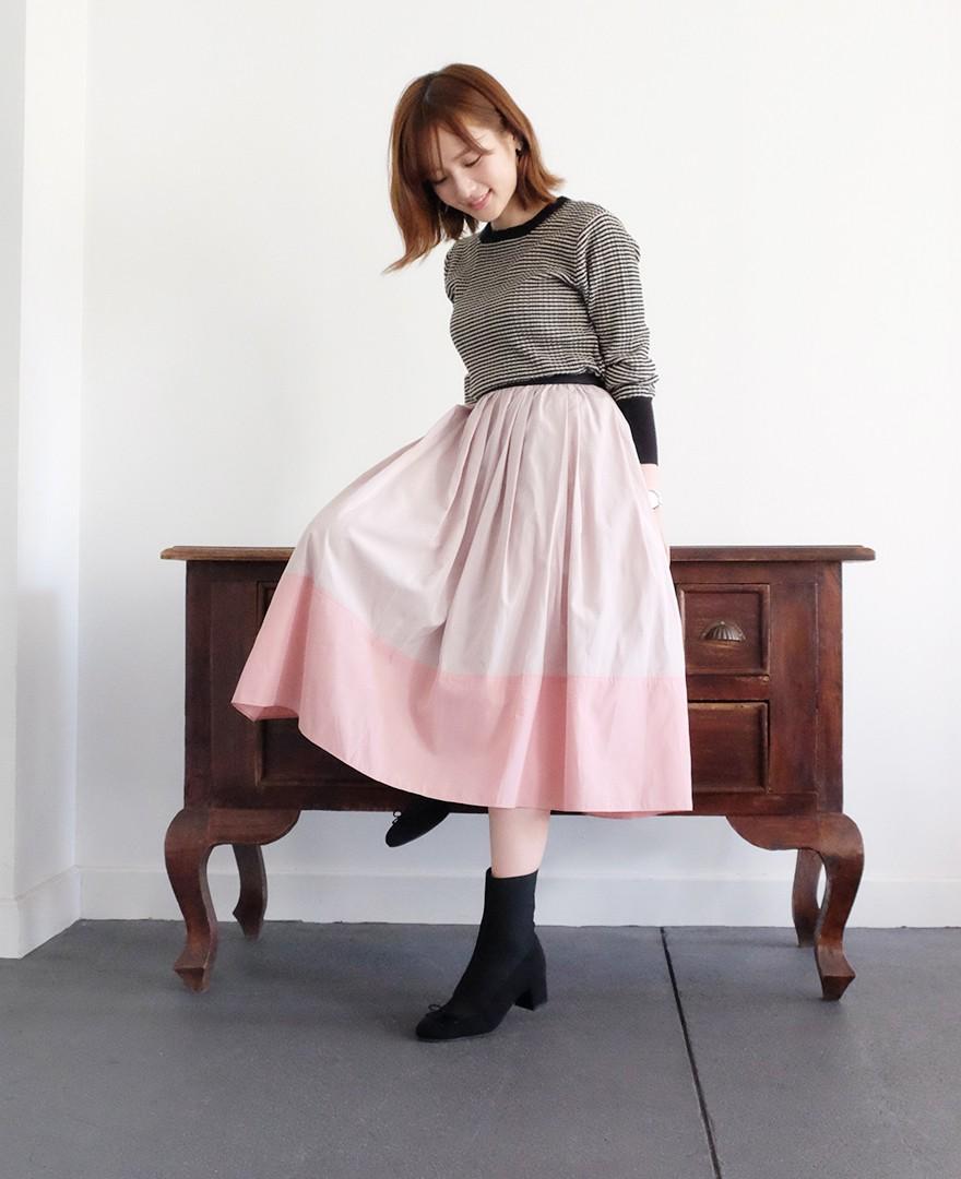 神戸・山の手 だんだんエシカルスカート ミモレ丈 アーモンド&ピンクカラーとボーダーニットとブーツを合わせたコーディネート。