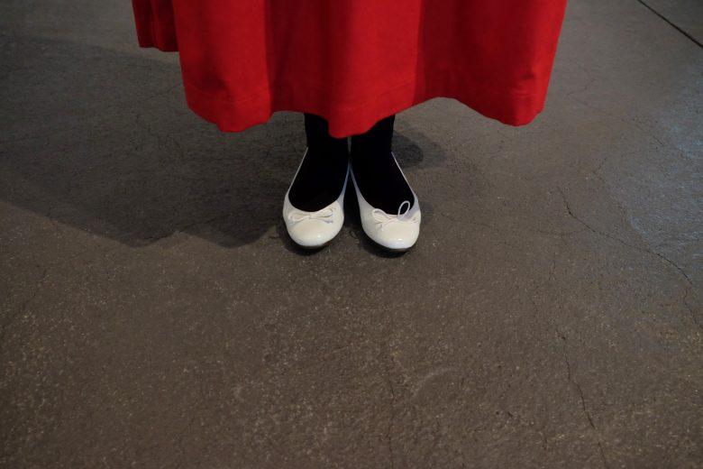 バレエシューズとレッドスカートとタイツを合わせた秋コーディネート楽ちん安心してはけるシューズです。