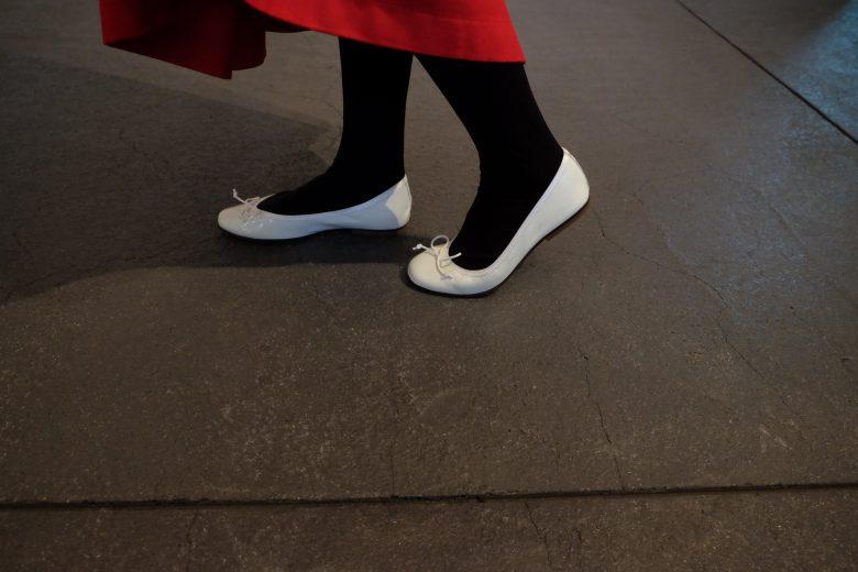 バレエシューズとレッドスカートとタイツを合わせた秋コーディネート。楽ちんシューズで足の小さい方にもおすすめ。マタニティやママも安心靴!