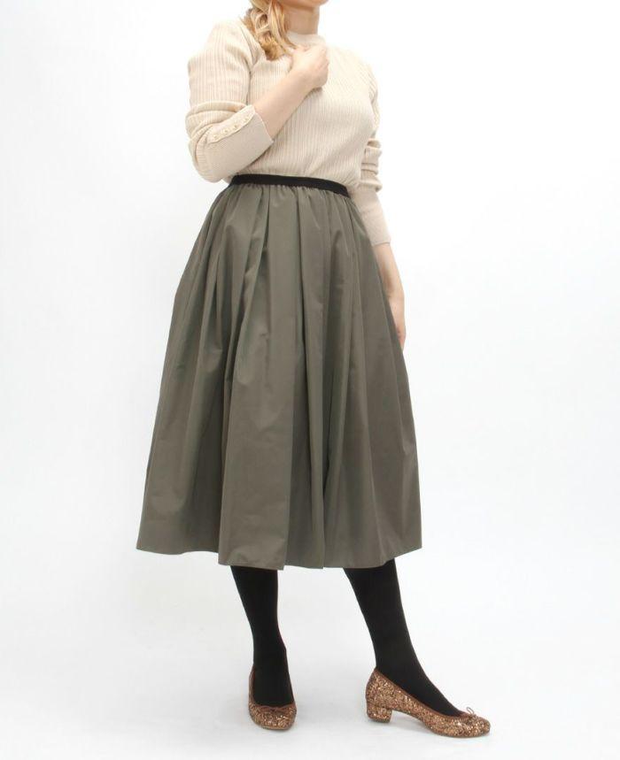シンプルなトップスとスカートには足元にキラキラ大粒ラメのバレエシューズをアクセサリー代わりに履いてみて。