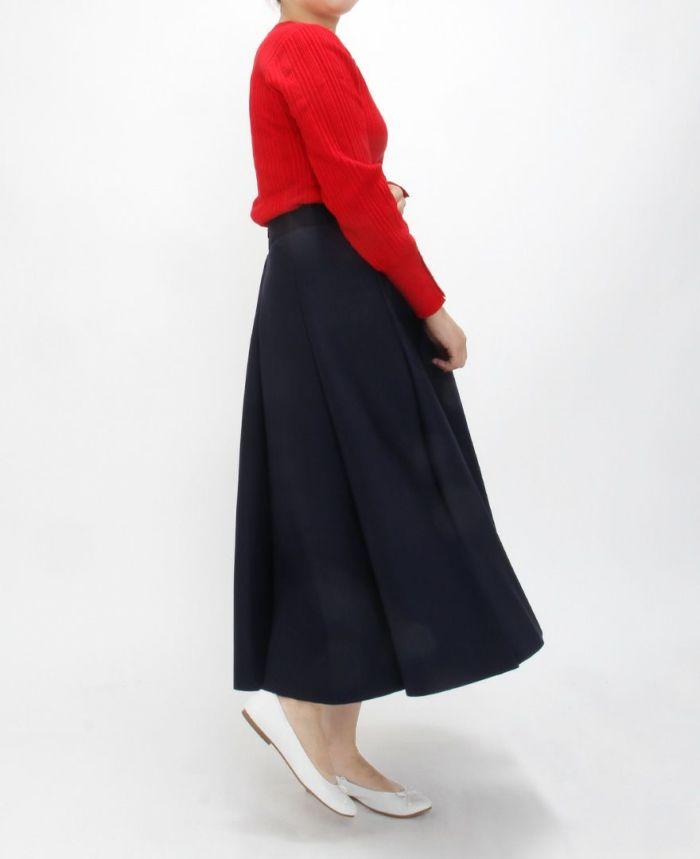 ちょっぴり大人の雰囲気のあるボンディングスカートにはスニーカーのような白いバレエシューズで隙を作るのがおすすめ。