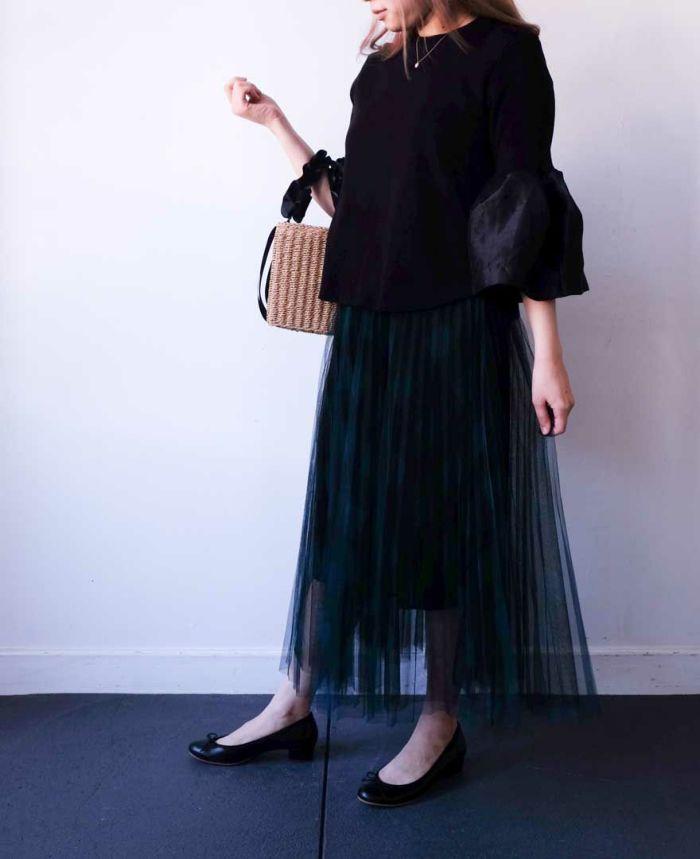 チュールのスカートはふんわりした雰囲気がカワイイけれど甘くなりすぎないようにシンプルな黒バレエで締めるのがおすすめ。