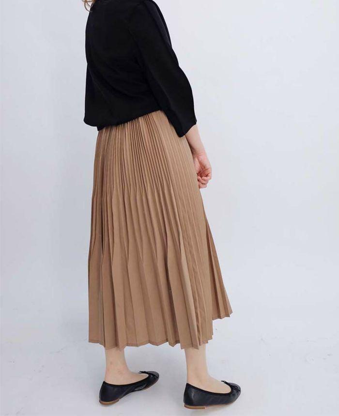 プリーツスカートは素材感を大事にするためにとことんシンプルに仕上げるのがおすすめ。足元は黒いラウンドトゥバレエシューズで。