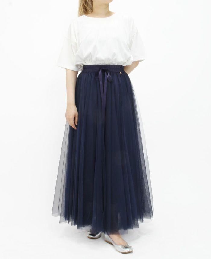 幾重にも重なったチュールのロングスカートには女性の愛らしさをさらに輝かせてくれる メタリックのバレエシューズをおすすめ。