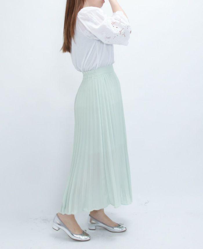 柔らかさを携えたパステルカラーのシフォンプリーツのロングスカートには全体がぼやけないようにメタリックカラーの ミドルヒールがおすすめ。