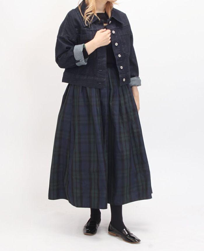 タータンチェックのロングスカートにはやっぱり定番のローファーを合わせたい。