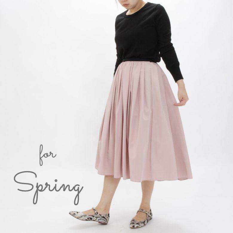 春コーデには薄手のニットとパステルカラーのスカートと合わせて