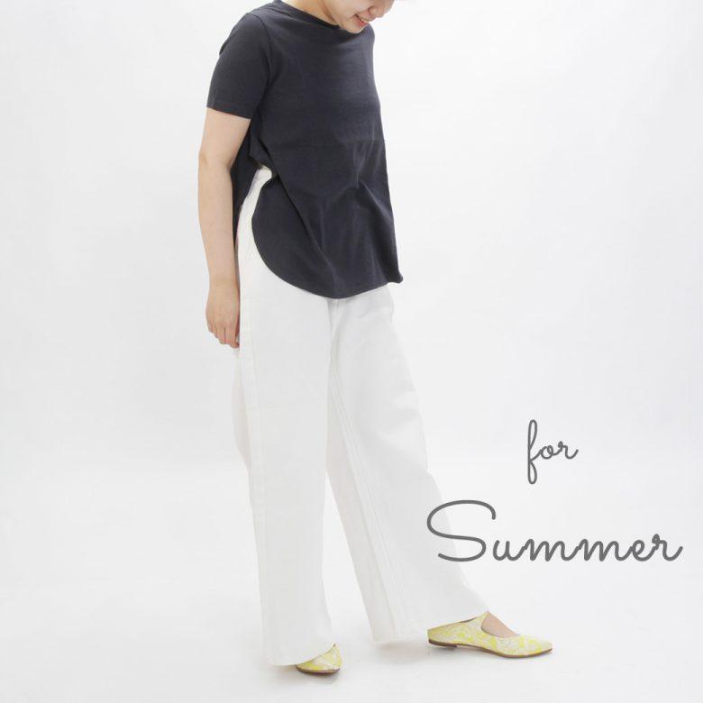 夏はネイビーのTシャツと白ジーンズのマリンスタイルにスニーカー代わりに。
