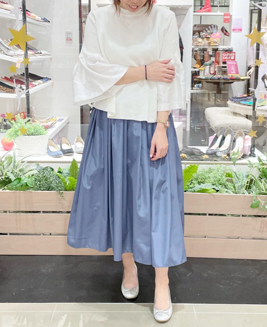 ホワイトのラッパ袖プルオーバー ムスカリブルーの神戸山の手スカート ミモレ丈 シルバーのグリッターバレエシューズ