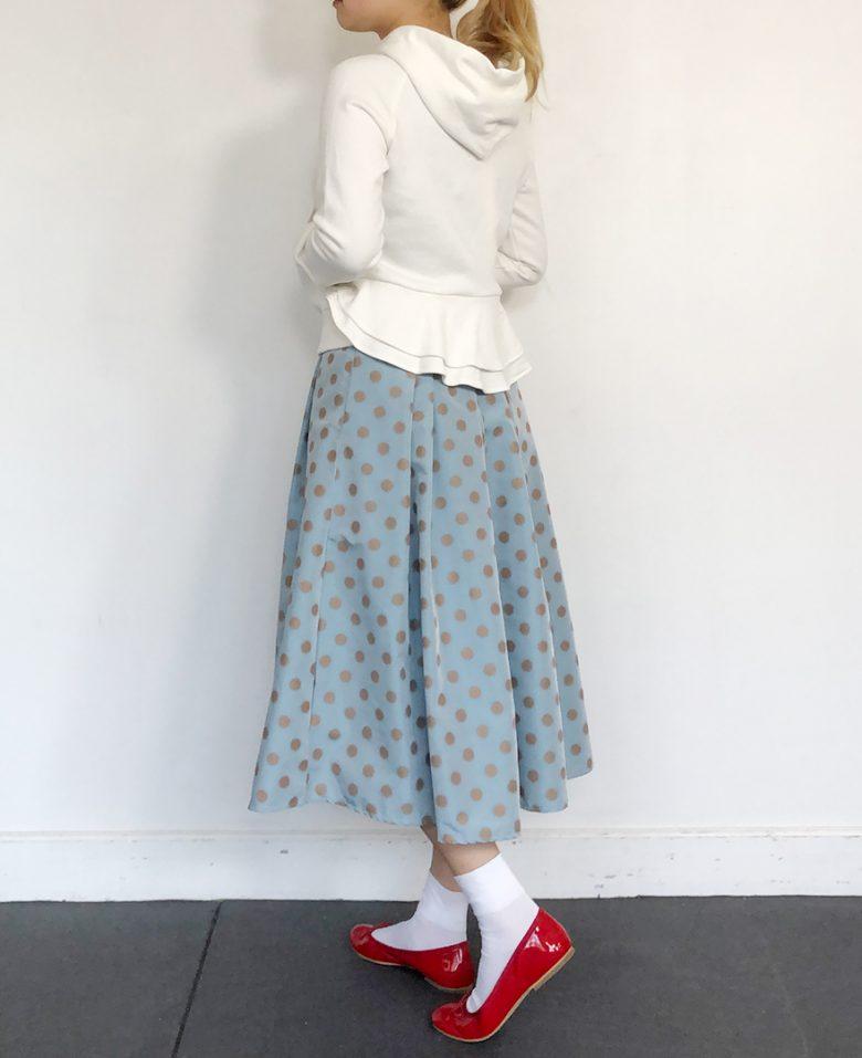 サックスの神戸・山の手ゴールドドットスカート ホワイトのフリルパーカー ホワイトのソックス 赤のバレエシューズ