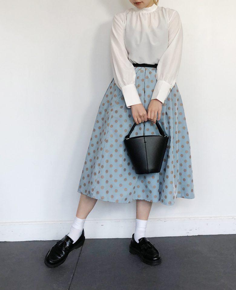 ホワイトのブラウス サックスの神戸・山の手ゴールドドットスカート 黒のローファー 黒のバッグ