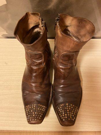 トゥ部分とかかとにベルトのように付いたスタッズがかっこいいプリマバーゼのブーツ