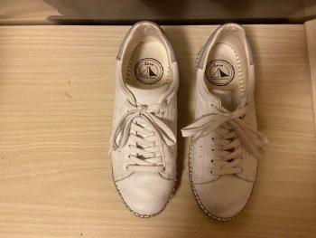 スニーカーのようなエスパドリーユのような白いラロの紳士靴
