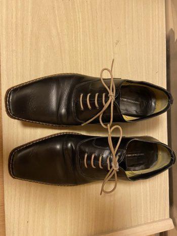 セバスティアーノ ミリオーレの黒い紳士靴。革を削り出して成形している底の着地面が面白い一足。