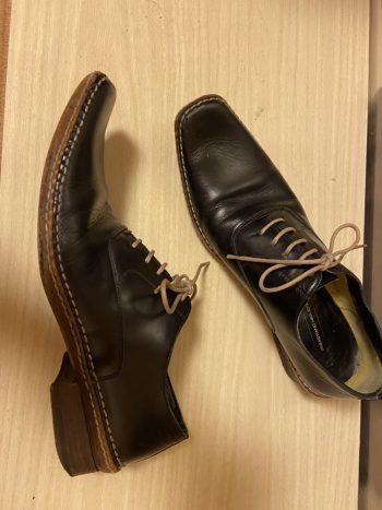 セバスティアーノ ミリオーレの黒いスクエアトゥの紳士靴。革を削り出して成形している底の着地面が面白い一足。