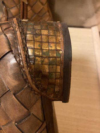 短冊切りのレザーを丁寧に編み込む技法イントレチャートを使った紳士用ショートブーツ