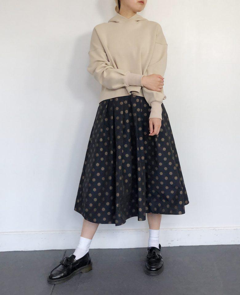 ネイビーの神戸・山の手ゴールドドットスカート ベージュのパーカー ブラックのローファー