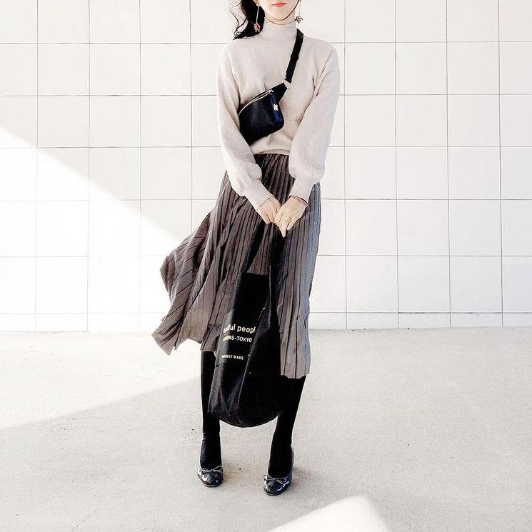 腰張りタイプの体形なので下半身にボリュームが出すぎないよう引き締めカラーのグレーやブラックを使います。